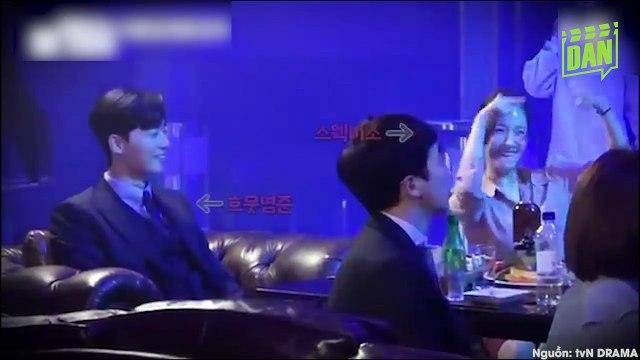 Chị Kim chuyên tâm học thắt cà vạt cho anh Lee vậy mà anh Lee chỉ chuyên tâm chọc chị Kim cười suốt