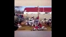 Un pilote perd sa moto pendant une course