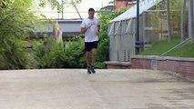 Las 'espontáneas' fotos de Sánchez corriendo y acariciando a su perro con una meditada camiseta
