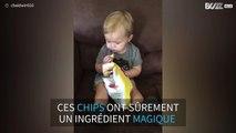 Un bébé s'endort en mangeant des chips