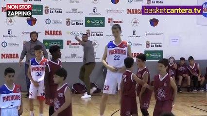 À seulement 12 ans, ce basketteur canadien de 2 mètres terrasse ses adversaires ! (vidéo)