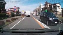 Un policier à moto double n'importe comment et se fait renverser par un camion...  En tord la police!!!