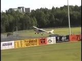 Un avion fait un atterrissage d'urgence sur un terrain de baseball en plein match