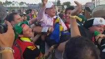 Groupe F - Les fans mexicains portent en triomphe un Sud-Coréen égaré