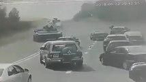 Un char écrase une voiture après un dérapage dans un virage !