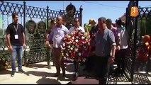 Aït Menguellet a déposé ce matin une gerbe de fleurs sur la tombe de Matoub Lounes