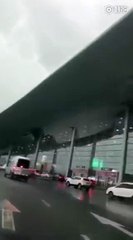 فيديو لحظات مرعبة لانهيار سقف مطار وهذا هو مصير المسافرين