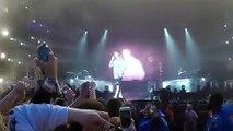 فيديو معجب يركل جاستن بيبر بحذائه على المسرح لرفضه غناء Despacito