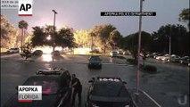 Effrayé par un éclair, ce policier se précipite dans sa voiture !