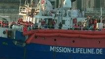 """سفينة الإنقاذ """"لايفلاين"""" ترسو في مالطا واللاجئون سيتوزّعون على 8 دول أوروبية"""