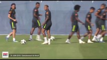 """Le joli coup franc """"derrière le but"""" de Neymar à l'entraînement du Brésil"""