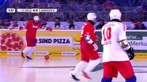 Deux équipes s'affrontent au football sur de la glace en chaussures de Bowling