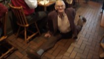 87 ans, il pose le grand écart sans effort !