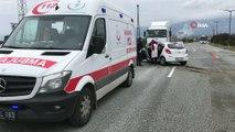 Bursa'da facianın eşiğinden dönüldü...Refüjdeki ağaçları biçip karşı şeride geçen otomobil iki tırın altında kalmaktan son anda kurtulurken, bir kişi yaralandı