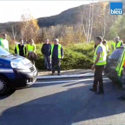 Dordogne : une conductrice tente de forcer un barrage, des gilets jaunes lui crèvent les pneus