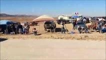 Un 4x4 roule à contre sens pendant un rally - Mexique