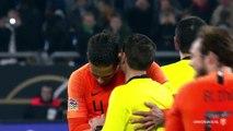 Virgil Van Dijk console l'arbitre roumain Ovidiu Hategan après la rencontre