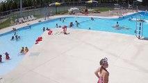 Un maitre-nageur attentif sauve un enfant qui est en train de se noyer dans une piscine