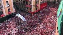 Incidentes y pelea a puñetazos entre jóvenes con pancartas a favor de presos de ETA y otros asistentes al Chupinazo