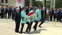 Durmuş Yılmaz, Atatürk Anıtı'na çelenk bıraktı - TBMM