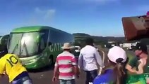 Le bus des joueurs du Brésil bloqué et caillassé par les supporteurs brésiliens.