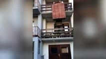 Ils tentent de descendre une armoire par le balcon et c'est la catastrophe