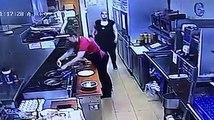 Un thug frappe une cuisinière et sa collègue sort son 9mm (recherché par la police)