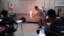 Ce prof de chimie met le feu au sol de la classe...