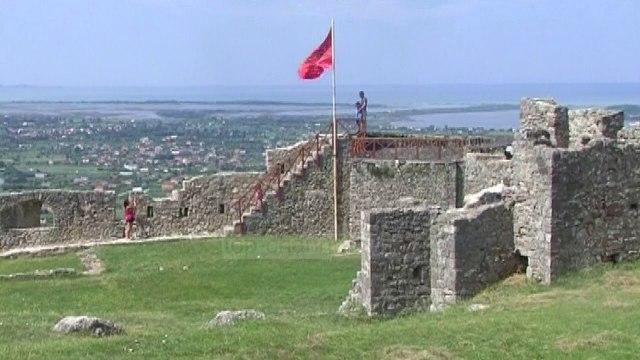 Izolohet Kalaja e Lezhës, dëmtohet ura e drunjtë që të çon atje - Top Channel Albania - News - Lajme