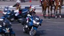 Des motards de la gendarmerie se percutent et chutent.