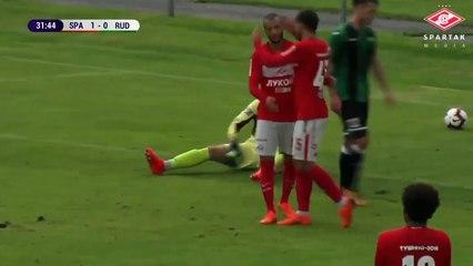 Hanni s'amuse avec les défenseurs avant de marquer