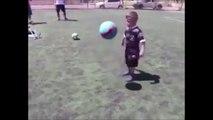 Vous n'avez jamais vu un enfant si jeune si doué avec un ballon au pied !