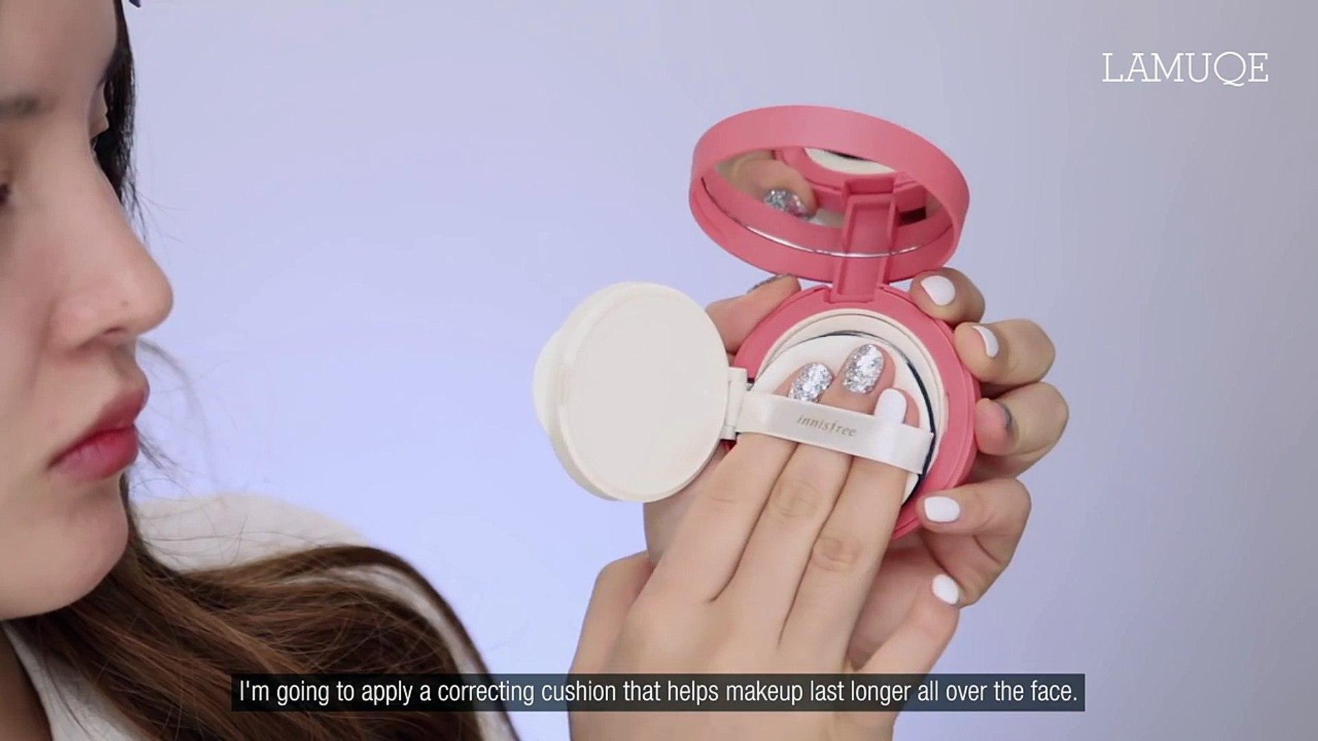 Koreli kız yeni kız öğrenci makyajı yapıyor