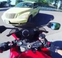 Un motard se venge contre une voiture qui lui a foncé dessus !