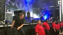 Elle interprète en langue des signes un concert de metal