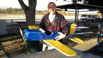 Un écureuil vole un avion radiocommandé !! Tellement drôle