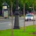 Course poursuite de dingue entre un motard et une voiture de police.