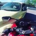 Ce motard se venge contre un conducteur qui lui a foncé dessus !