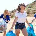 Serenay Sarıkaya, Eline Poşet Alıp Kıyıdaki Çöpleri Topladı