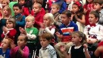 Cette fillette adorable chante en langue des signes pour ses parents sourds