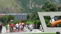 Le Tour à Saint-Jean-de-Maurienne : au rond-point Opinel, un peloton éclaté