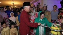 Najib celebrates birthday with relatives and supporters