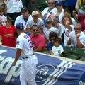 Un homme vole une balle de baseball lancée par un joueur à un enfant !
