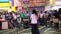 [ Âm nhạc đường phố ] Trên đường Sai Yeung Choi, khu vực Mong Kok ( Vượng Giác ), quận Yau Tsim Mong ( Du Tiêm Vượng ), bán đảo Kowloon ( Cửu Long ), Hong Kong ngày 05/08/2017: Nặng tình nặng nghĩa 情義兩心堅 Undying love - Nhạc trong phim trong phim Thần Điêu