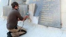 Le tailleur de pierre Felix Pierré-Lecomte a débuté ce mardi la restauration du monument aux morts au cimetière de Remiremont
