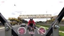 Ce cycliste roule à une vitesse record sur l'autoroute