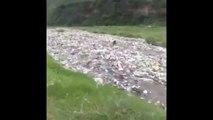 Une rivière de déchets plastiques filmée en Inde...