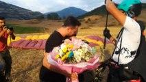 Kapıkaya Festivali'nde ilginç evlilik teklifi... Paraşütle atlayan genç kıza erkek arkadaşı sürpriz evlilik teklifi yaptı
