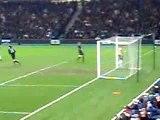 Coup franc de Juninho sur la barre à Glasgow le 12-12-2007