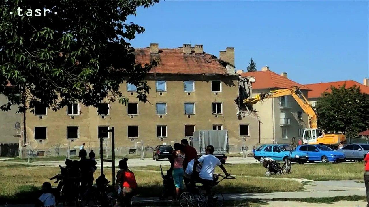PARTIZÁNSKE: Búranie bytovky na Nábrežnej 206